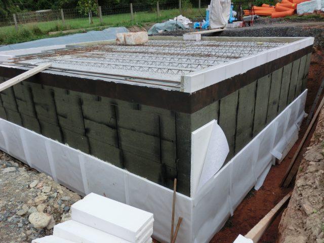 Die Wand ist zweifach bitumiert, jetzt werden die Drainageplatten rund herum angebracht, auch die ersten Revisionsschächte werden gesetzt - 04.08.16
