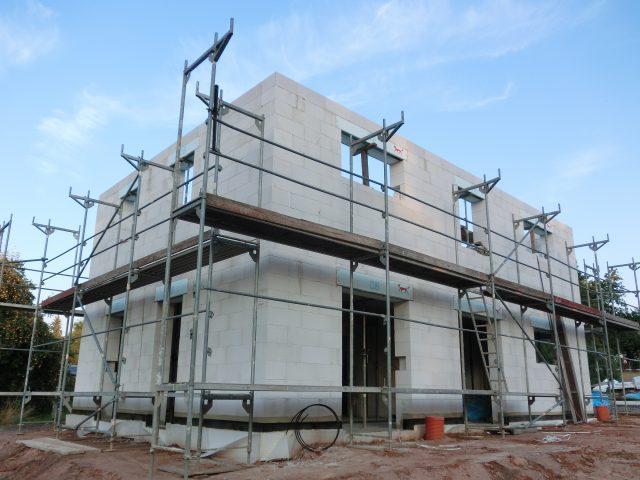 Das Geschoss ist gemauert und ein Gerüst ist gestellt. Fehlen noch die Innenwände und dann kann kommenden Dienstag der Dachstuhl gesetzt werden! - 07.09.16