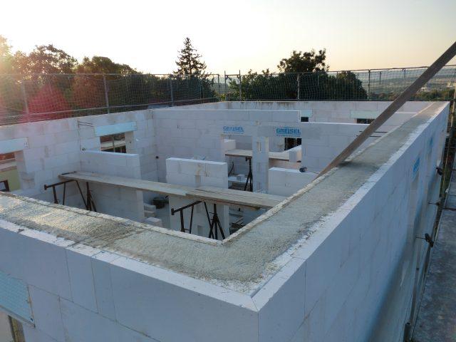 Heute einmal aus einer anderen Perspektive - der Ringanker ist fertig gegossen und die Innenwände auch schon fast fertig gemauert - 08.09.16
