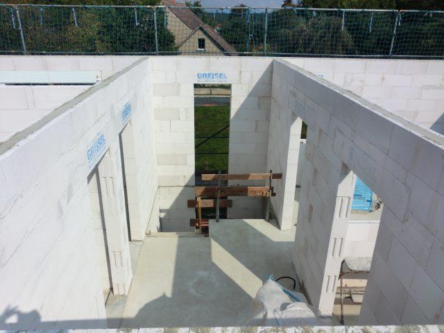 Die Innenwände sind fertig gemauert, der Dachstuhl aufgerichtet werden, hier der Blick in den Flur 1.OG - 10.09.16