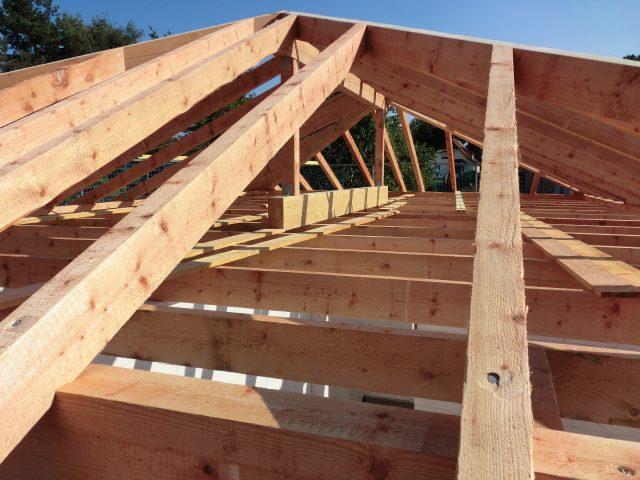 Der Dachstuhl ist aufgerichtet; bei 32°C eine schweißtreibende Arbeit! - 13.09.16