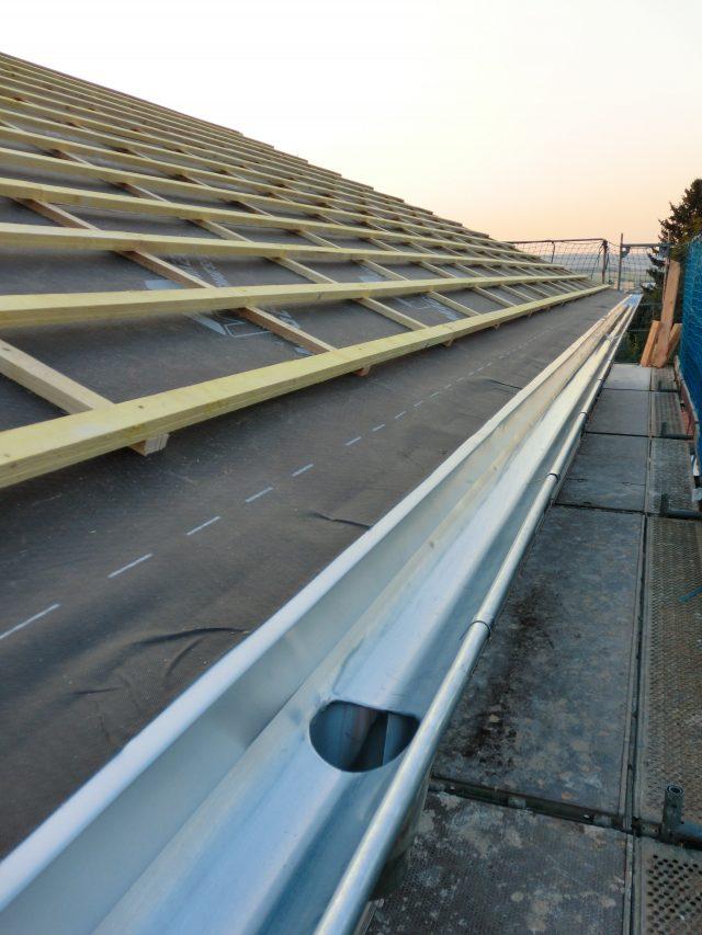 Die Unterspannbahn ist montiert und die Dachlattung angeschraubt; auch die Dachrinne ist schon am richtigen Fleck - 14.09.16