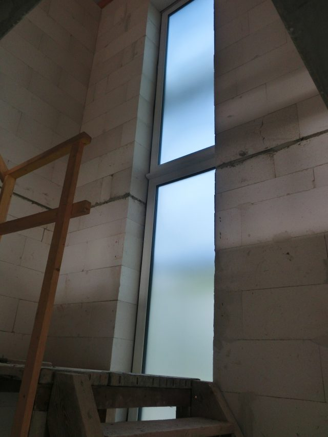 Heute wurden die Fenster geliefert, die Ersten sind bereits eingebaut. Hier das Flurfenster - 19.09.16