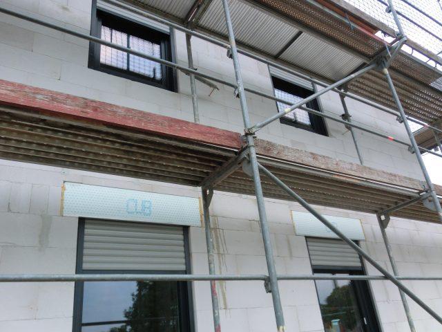Die Fenster sind alle verbaut und eingedichtet, die Rollläden sind ebenfalls montiert; natürlich ist auch die Rechnung schon im Briefkasten - 20.09.16