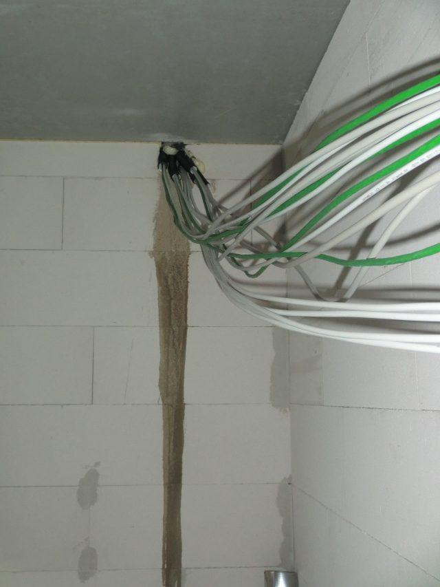 Der Elektriker war die letzten Tage zum Stemmen und zum Leitungslegen im Haus, nachdem in der letzten Woche die Positionen aller Steck-, Telefon-, LAN-, und SAT Dosen angezeichnet wurden. Im Obergeschoss ist schon gekehrt, im Untergeschoss kommen die Kabel noch offen aus der Decke - 27.09.16