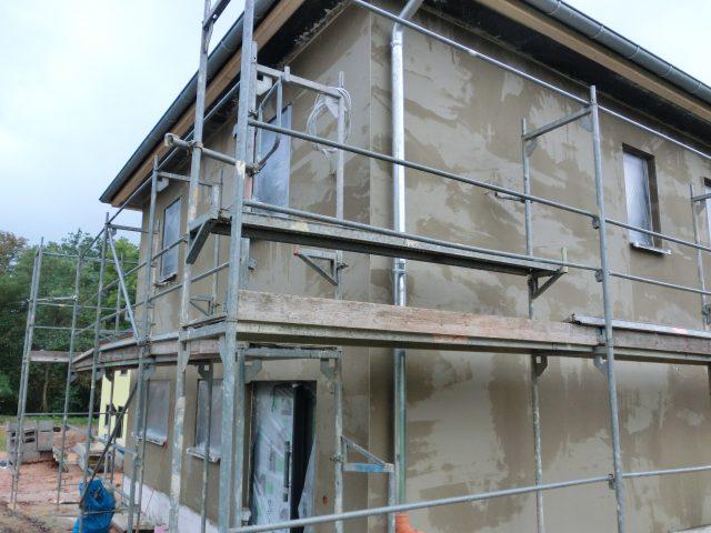 Die letzten Tage wurde das Haus von außen verputzt, die Sockelleiste erhält noch eine separate Mischung - 05.10.16