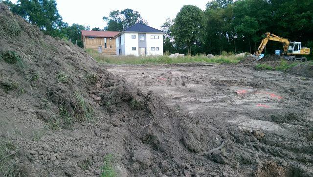 Der Mutterboden ist abgezogen und verteilt - 27.06.16