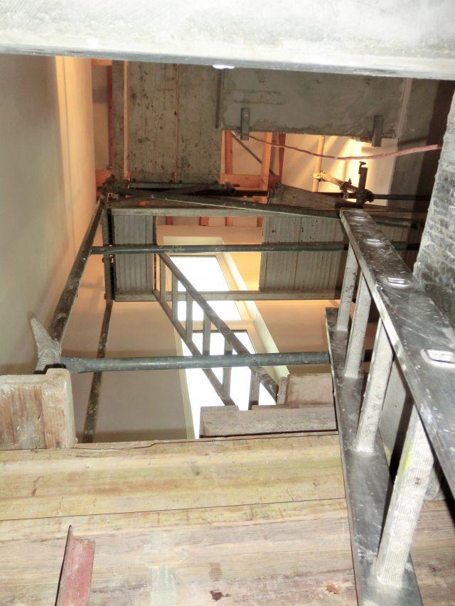 Die Bautreppe ist einem Gerüst gewichen, damit der Feinputz im Flur über alle Etagen angebracht werden kann - 18.10.16