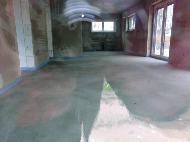 Der Estrich ist eingebaut; jetzt darf das Haus zehn Tage nicht betreten werden - 19.11.16