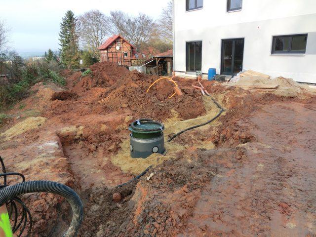 Parallel dazu wird in den Außenanlagen die Zisterne gesetzt und die Anschlussleitungen für den unterirdischen Gastank vorbereitet - 26.11.16