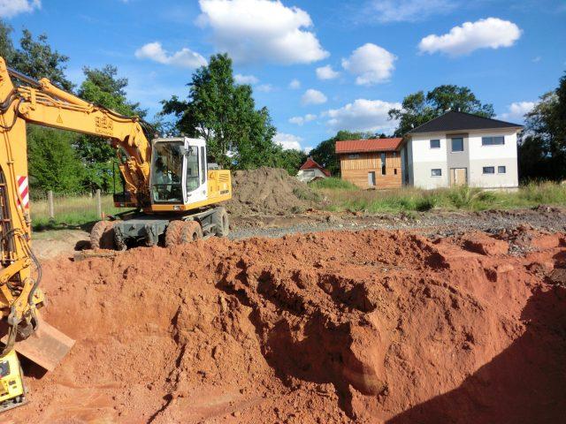 Eine Hälfte der Baugrube ist noch auszuheben... - 29.06.16