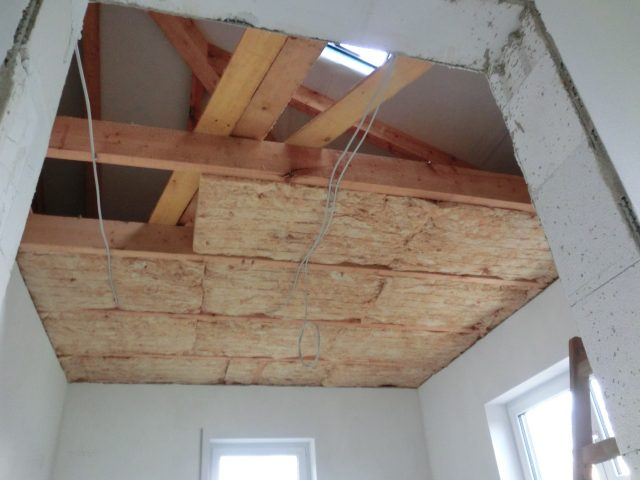 Währenddessen ist der Trockenbauer im ersten Obergeschoss und bringt die Dämmung ein - 28.11.16