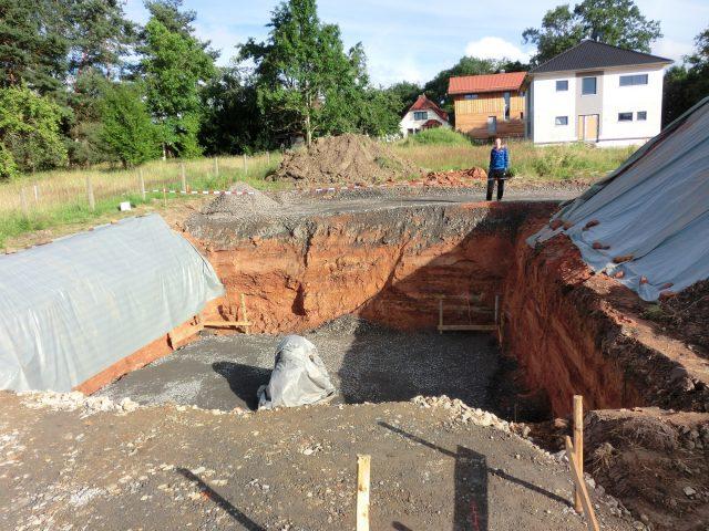 Die Baugrube ist fertig für den Vermesser und die Bodenplatte - 30.06.16